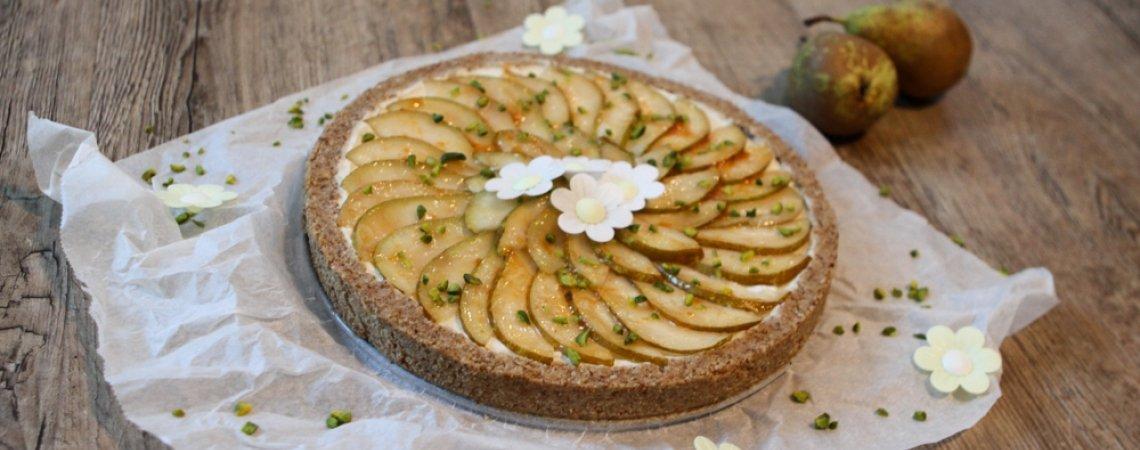 roh-veganer Cheesecake mit Birnen und salzigem Dattelkaramell