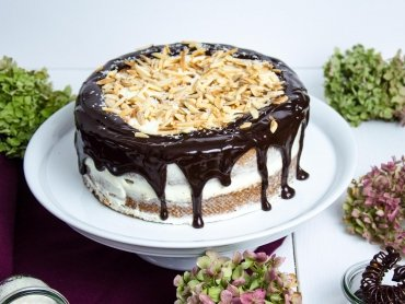 Herbstliche Karotten-Mandel Torte mit Kokos-Frosting