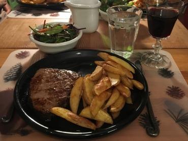 Ein selbst gemachtes Steak mit Erdäpfelspalten für Argentinien