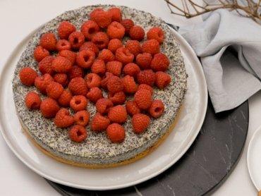 Mohn-Pudding-Kuchen mit frischen Himbeeren