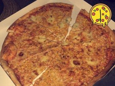 Partypizza für zwei hungrige Studentinnen